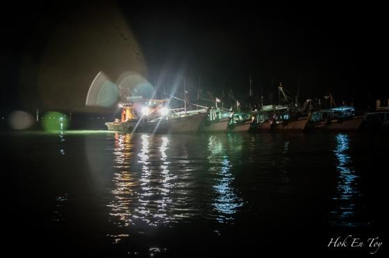 Laut kat belakang pasar malam