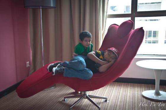 Kerusi fav mucid. Dia suka hotel ni sebab ada kerusi cantik ni yang bleh dibuat pusing2 tanpa henti macam mainan sendiri