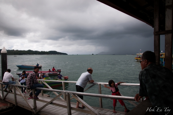 Cuaca pon tak elok hari ni. Langit dah gelap. Ada hikmah jugak mucid taknak naik bot. Kalau tak basah lenjun ala-ala memori daun pisang
