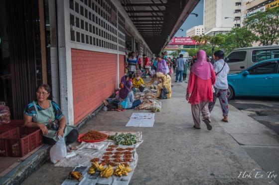 Bila dah petang derang jual murah-murah je sayur-sayur kampung & buah-buah potong. Buah-buah campor potong tu lima posen satu plastik