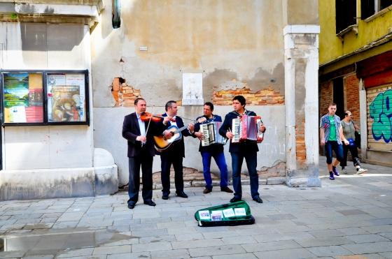 Venice juga banyak pemuzik jalanan. Feel sangat romantik la kan