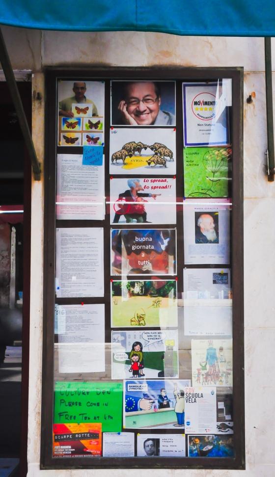 Tak berapa jauh dari kedai yang kami makan ada kedai buku. Tapi kedai buku ni dah tutop. Yang menarik nya tiba-tiba kami ternampak gambar Tun Mahathir kat dinding kedai buku ni. Wow....bangga jadi rakyat Malaysia