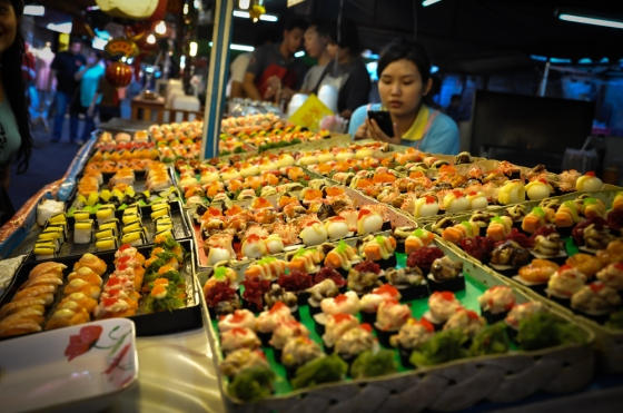 Menarik sungguh sushi ni.  Tak berapa pasti halal ke tak. So ambik gambar je la