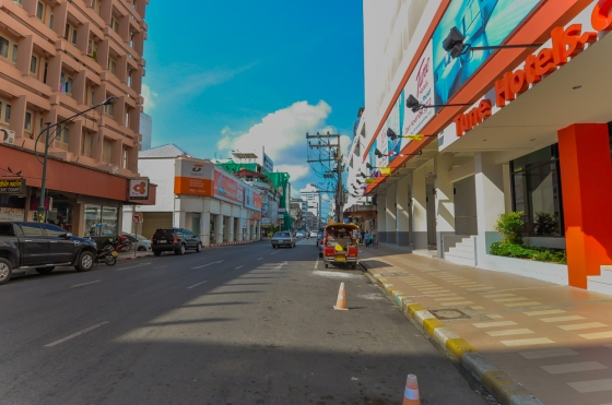 Jalan raya yang lengang kat depan Tune hotel