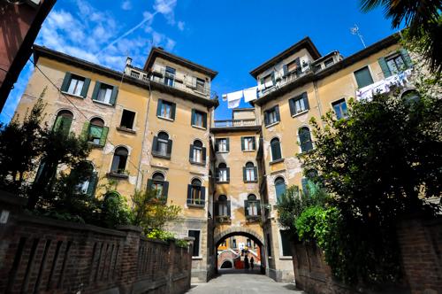 Rumah kat Santa Croce. Teknik sidai kain yang dilakukan oleh pekerja mahir. Tak mahir kalu, itu kain jatuh bawah