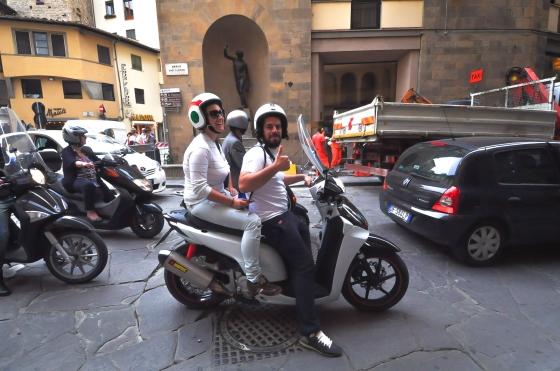 Jalan-jalan kat sini yang kecik & banyak moto vespa...tipikal italy kan