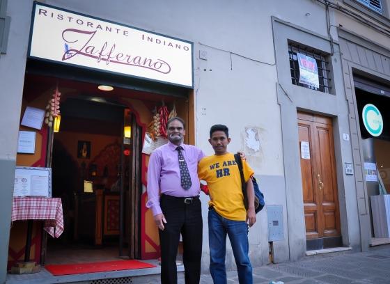 Bergambar depan kedai. Tak sure owner dia atau pekerja dia tapi beria-ria mintak kami promote kedai dia. Satu-satunya kedai beriani yang halal di Florence katanya