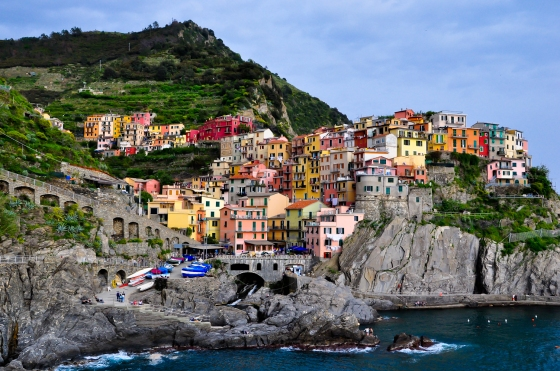 I'm in love with Manarola. Colorful houses, laut & bukit.