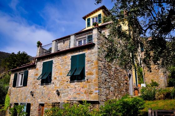 Salah satu rumah yang kami jumpa sepanjang hiking kami. Rumah ni terletak di atas bukit, mengadap laut & dikelilingi dengan pokok-pokok olive