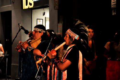 Pemain alat muzik tradisional. Dress up ala-ala red indian