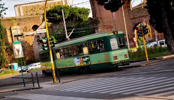 Salah satu tram kat sini. Public transport banyak kat sini. Turun naik la public transport menggunakan Roma Pass