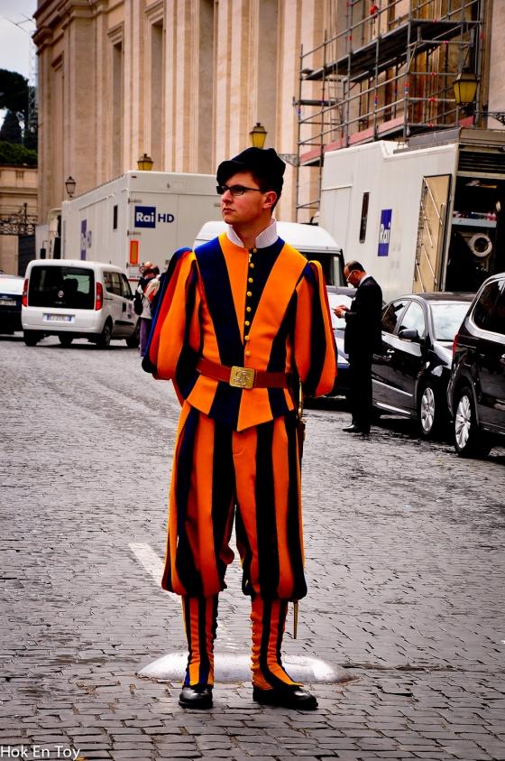 Sempat lagi tangkap gambar guard yang berkawal di luar St Basilica.