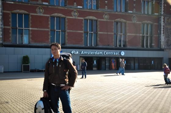 Aril bergambo depan Amsterdam Central. Beg tu la yang buat dia & Mr Pappi keje2 kat venice aritu