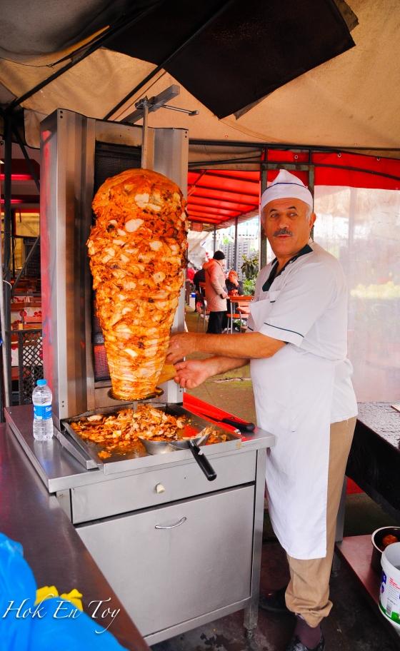Pakcik kebab. Kebab tu dah sama beso dia