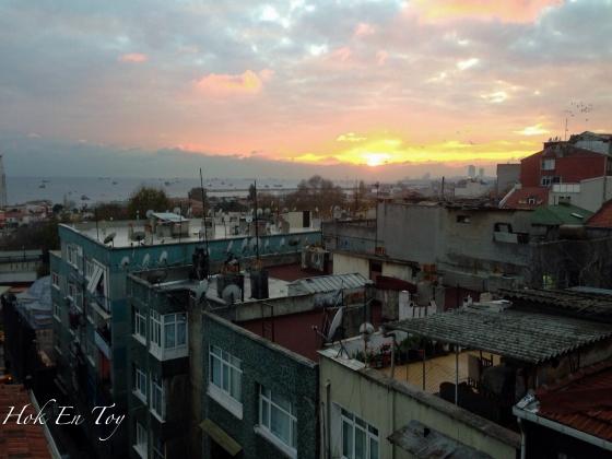 Sunrise di Istanbul. Dekat atas roof top hotel ni boleh lepak-lepak sambil tengok sunset & sunrise. Nak breakfast kat atas ni pon boleh ( tu pon kalau kulit biawak le tahan sejuk)