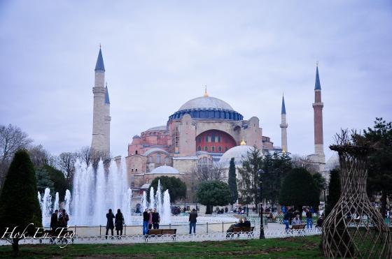 Hagi Sofia terletak berhadapan dengan Blue Mosque