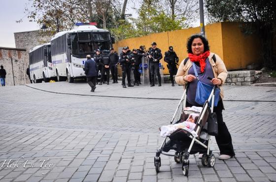 Bapak-bapak polisi yang berkawal sepanjang lawatan pope ke Blue Mosque