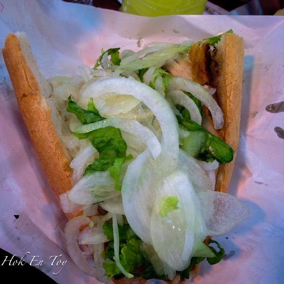 Taraaaa....ni lah balik ekmek yang mana ikan nya sembunyi dibalik bawang dan salad. Harga dia 6 lira kot kalau tak silap