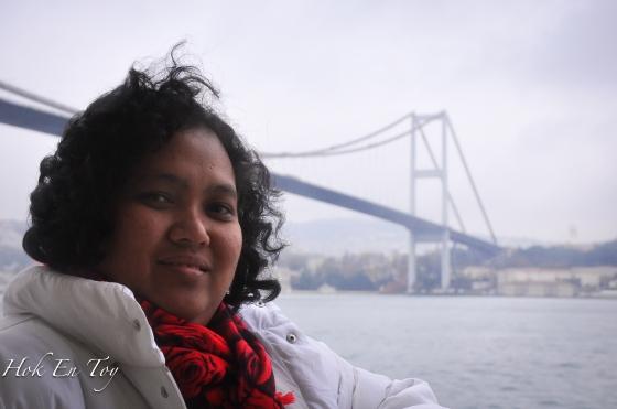 Taraaaa...Bosphorus suspension bridge yang menyambungkan benua asia & eropah. (angin kuat + muka kebas = eh comey plak gambo ni)...mati laaaa peminat muntah