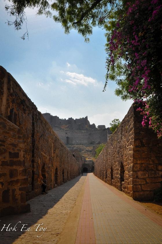 Laluan dari main enterance ke istana. Terdapat tiga laluan kalau tak silap iaitu, laluan rakyat biasa, laluan tentera & laluan orang kenamaan
