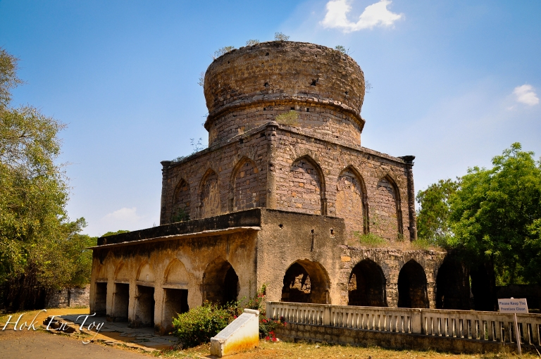 Tomb ni terbengkalai. Siap Separuh jalan. Tomb ni disemadikan Abul Hasan Tana Shah iaitu raja yang ke 8 & terakhir sebelum Dynasty Qutb Shahi berakhir.