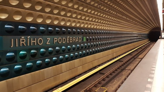 praha metro wall